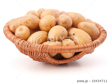 Potato tuber  in wicker basket isolated on white backgroundの写真素材 [10434711] - PIXTA