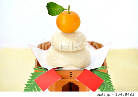 正統派スタイルの正月の鏡餅飾りです。(鏡餅は本物、橙(ダイダイ)です) 10459432