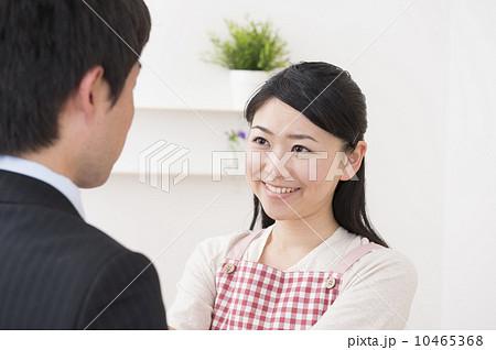 夫のネクタイを結ぶ妻 10465368