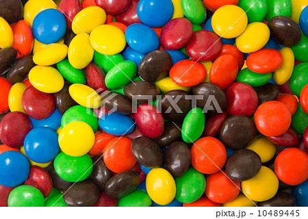 カラフルな丸いチョコレート 10489445