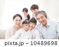 三世代 団らん 笑顔の写真 10489698