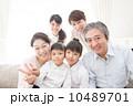 三世代 団らん 笑顔の写真 10489701