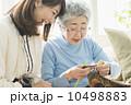 祖母と娘・在宅介護 10498883