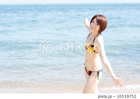 若い女性 夏の海 10539752
