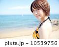 若い女性 夏の海 10539756