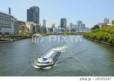 八軒屋浜を行く水上バス 10545247