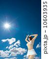 眩しい 女性 水着のイラスト 10603935