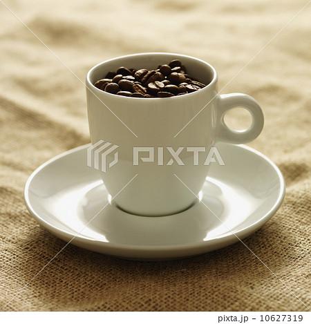 Mug filled with coffee beansの写真素材 [10627319] - PIXTA