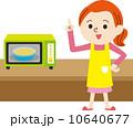 主婦 電子レンジ 笑顔のイラスト 10640677