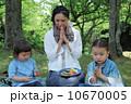 ピクニック 親子 人物の写真 10670005