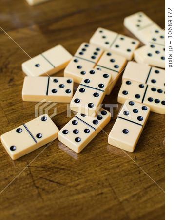 Domino tiles on wooden surface, studio shotの写真素材 [10684372] - PIXTA