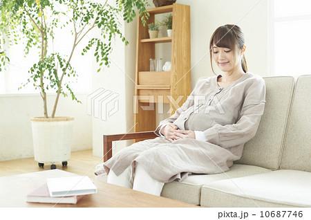 写真素材: お腹を抱える妊婦