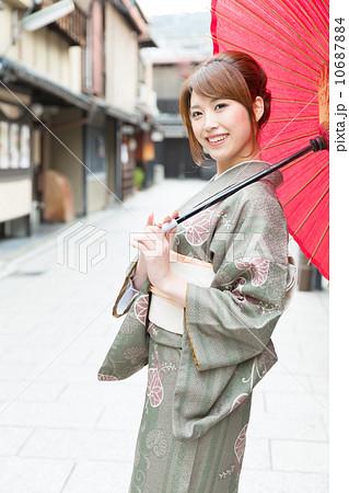 京都で着物を着た女性 10687884