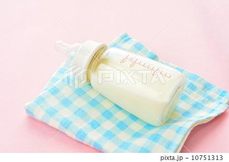 赤ちゃん用のミルクと哺乳びん。の写真素材 [10751313] - PIXTA