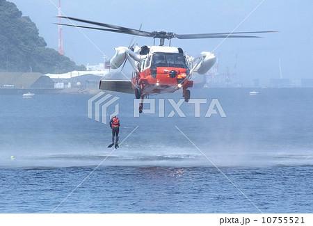 東日本大震災でも活躍した海上自衛隊のUH-60J救難ヘリコプター 10755521
