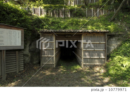 南崖の洞窟 :偕楽園に現存する謎の洞窟。江戸時代に水戸藩が「神崎岩」を笠原水道の岩桶などに使うために採掘した跡と言われています。また、水戸城まで通じた「抜け道」との説もありますが確認されておりません。 10779971