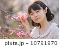 桜を愛でる若い女性 10791970