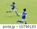 サッカー少年のキックシーン 10796183