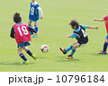 サッカー少年のキックシーン 10796184