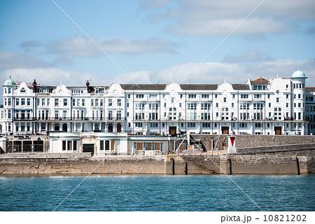 海沿いの白い建物