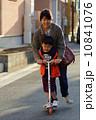 スケーターで遊ぶ園児とお母さん 10841076