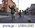 ボールで遊ぶ仲良し園児 10841085