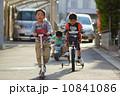 乗り物で遊ぶなかよし園児3人 10841086