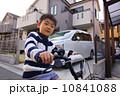 自転車と笑顔の男の子 10841088