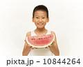 スイカを食べる男の子 10844264