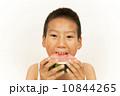 スイカを食べる男の子 10844265