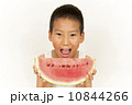 スイカを食べる男の子 10844266