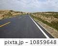 砂漠 アスファルト 高速道路の写真 10859648