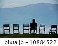 空と山と椅子とリラックス 10884522