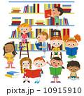 図書館で本を読む子供達 10915910