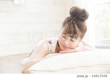 うつぶせで寝る若い女性 10917036
