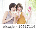 スマホで写真を撮る女性2人 10917114