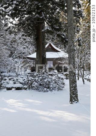 1月冬 雪の大原三千院 京都の雪景色 10922153