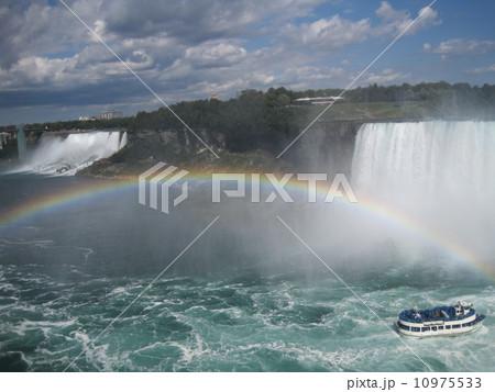 ナイアガラの滝と虹 10975533