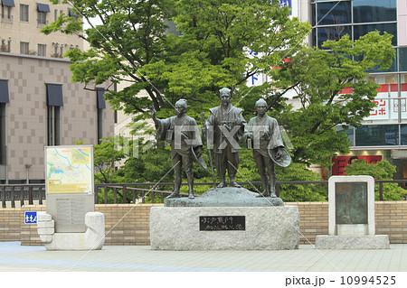 水戸黄門 助さん格さん像 :中央が黄門、左が助さん、右が格さん。水戸駅北口。 10994525