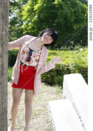 公園で遊ぶ女子高生 11014986