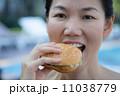 ハンバーガー バーガー 女性の写真 11038779