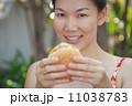 ハンバーガー バーガー 女性の写真 11038783