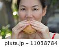 ハンバーガー バーガー 女性の写真 11038784