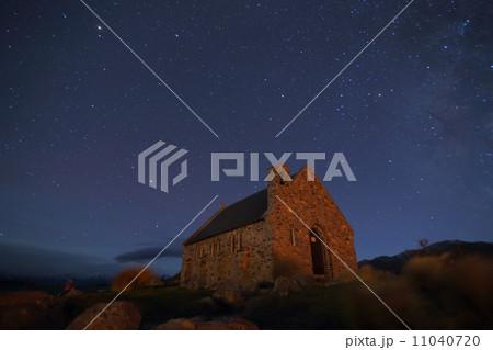 羊飼いの教会と星空 11040720