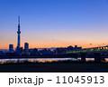 夕暮れ時の東京スカイツリー 11045913