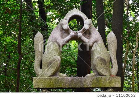 向かい合う2匹のキツネ像(伏見稲荷大社/京都市伏見区深草藪之内町) 11100055