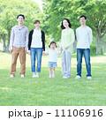 3世代 公園 新緑の写真 11106916
