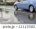 水たまりに映る青い車 11113382