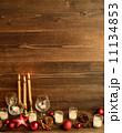 グラスとキャンドルとクリスマスオーナメント 11134853