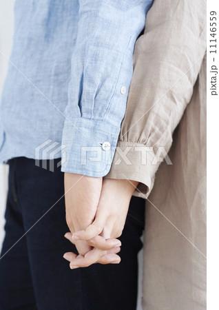 背中合わせで手をつなぐ男女 11146559